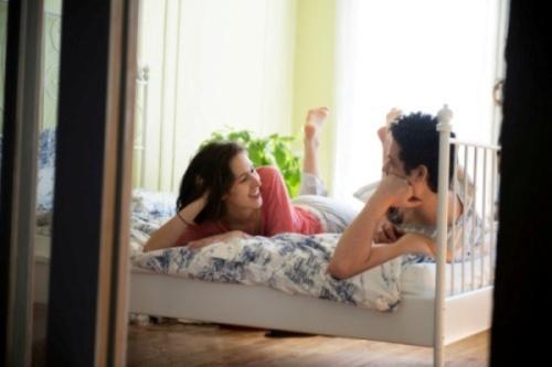 ONU DİNLEYİN     Bir kadın konuşmadan ne kadar sessiz kalabilir ki? Ama aşk zoru başarmak değil midir? Öyleyse siz susun, biraz da o konuşsun. Sizinle bir şey konuşmaya başladığında odadan dışarı gitmeyin veya onunla tartışmayın. Sadece dinleyin!