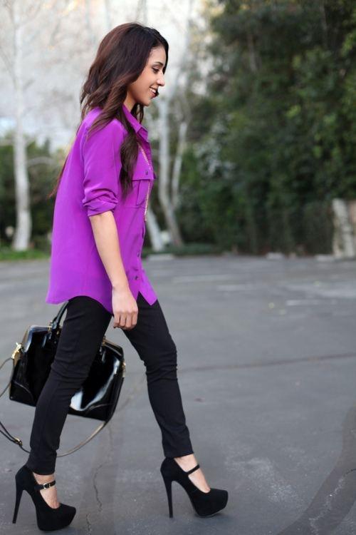 Mor gömleğinizi siyah ayakkabı ve çantanızla kullandığınızla çok şık görüneceksiniz.