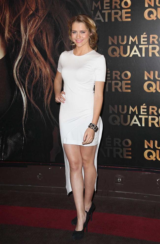 """Teresa Palmer'ın vücudunu saran """"keşke arkası uzun olmasaymış"""" dediğimiz beyaz elbise"""