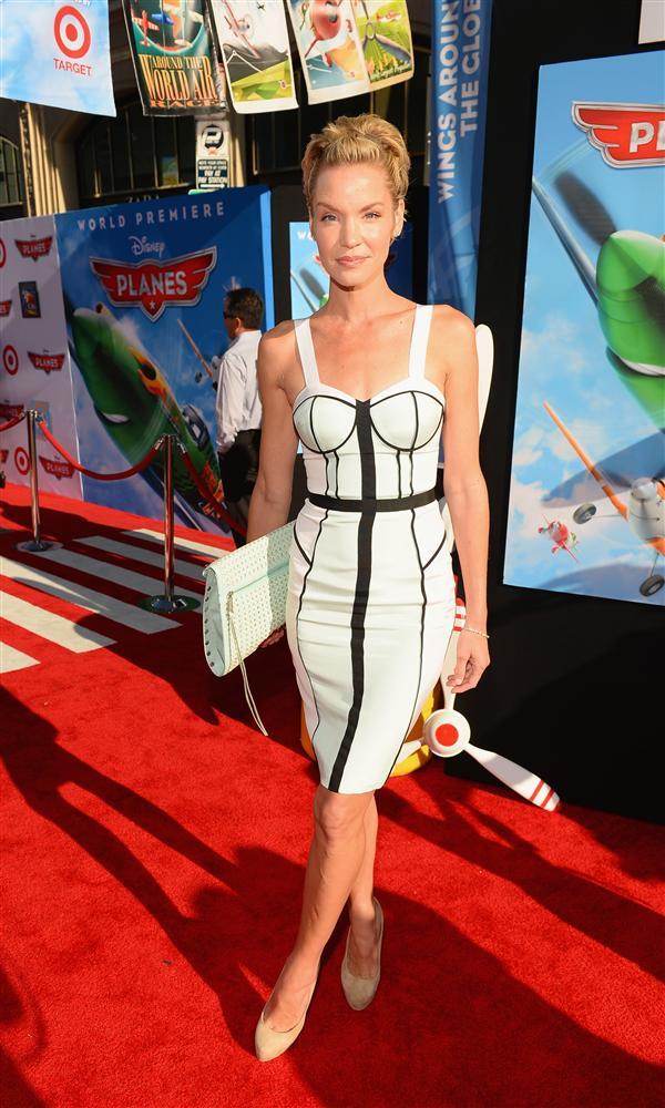 Oyuncu Ashley Scott'ın giydiği monokrom elbise