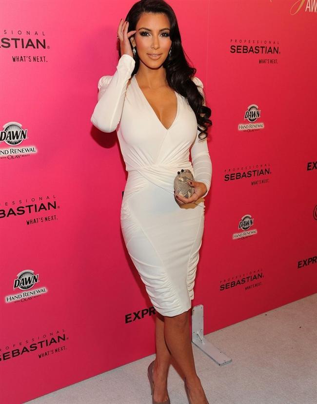 Kim Kardashian'ın vücudunu saran göğüs dekolteli elbise