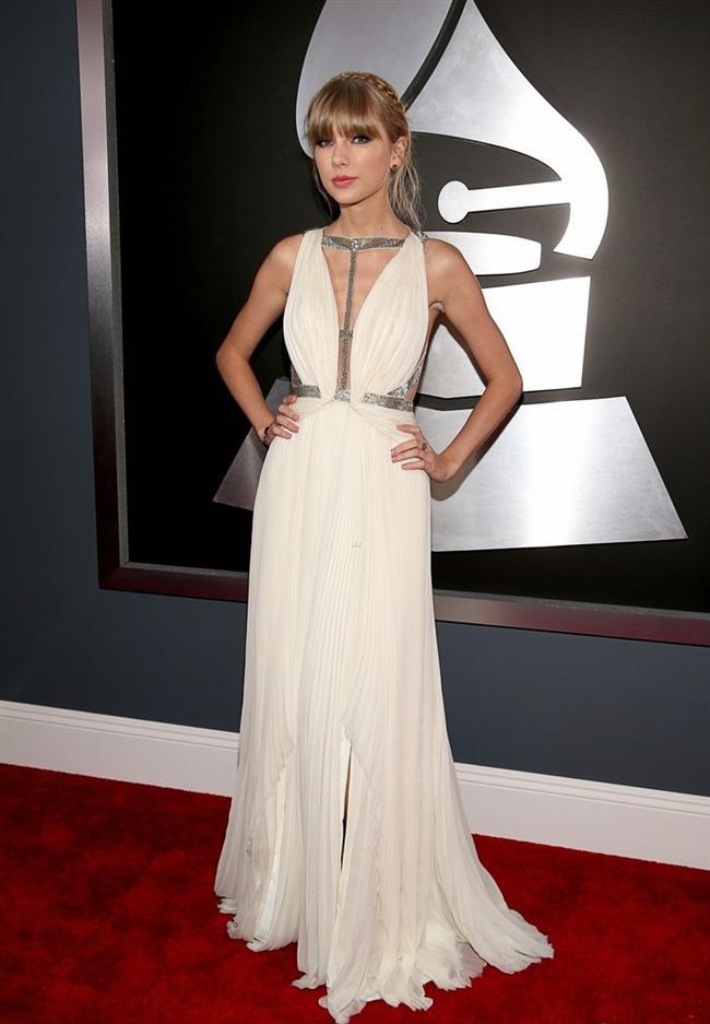 """Bu haftanın en güzel elbiselerini """"yaz rengi"""" beyazlardan seçtik. En çok da Taylor Swift'in giydiği ön tarafında palet işlemeler bulunan elbiseyi ve Georgina Chapman'ın taşlarla detaylandırılmış beyaz elbisesini beğendik. Sizin için seçtiğimiz haftanın en güzel elbiselerinden siz hangisini beğendiniz?  Moda Kanalları Editörü: Duygu ÇELİKKOL"""