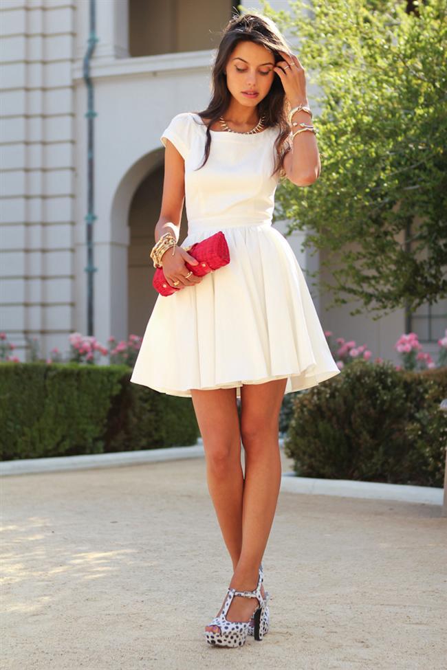 Beyazlarınızı bu sene kırmızıyla kombinliyorsunuz! 2013/2014 sezonunda beyazlar en çok kırmızı çantalar, kırmızı ayakkabılar ya da ceketlerle kombinleniyor. Sizler için seçtiğimiz bu en güzel beyaz kombinleri bakalım beğenecek misiniz?   Moda Kanalları Editörü: Duygu ÇELİKKOL