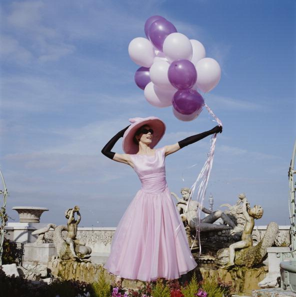 1997 yılında yine şık bir pembe elbisenin içinde balonlarıyla poz veren İngiliz balerin Darcey Bussell.