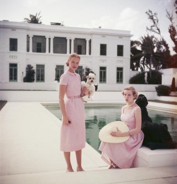 Amerikalı sosyetik Bayan Winston (sağda), uçuk pembe elbisesiyle poz verdiği bu fotoğraf 1955 yılına ait...