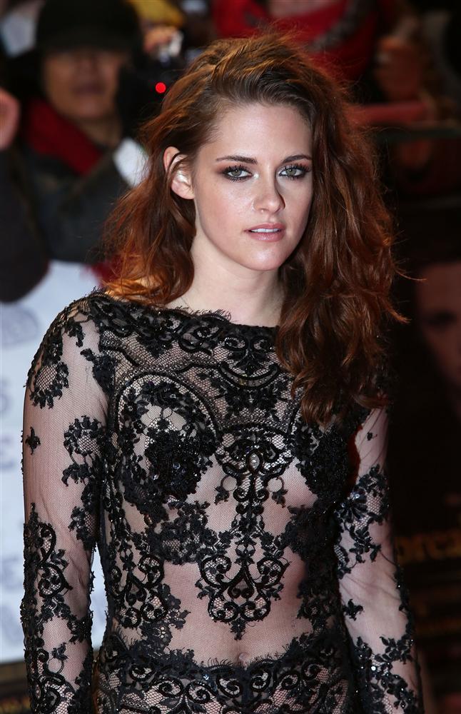 Transparan kıyafetleri en çok tercih edenlerin dünyaca ünlü yıldızlar olduğunu biliyoruz. Özellikle 2013 senesi içerisinde bu kıyafetleri ünlü kadınların neredeyse hepsinde gördük. Bu gidişle görmeye de devam edeceğiz gibi... Bu hafta bizler; Transparan kıyafetleri tercih eden ünlüler arasından en çok fotoğraftaki Kristen Stewart'ı beğendik. Sizce hangisi?  Moda Kanalları Editörü: Duygu ÇELİKKOL