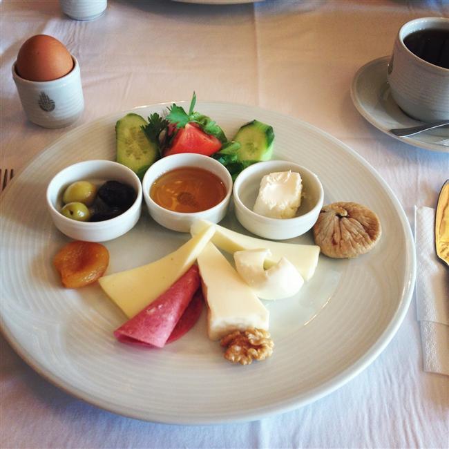 5. Porsiyonları küçültün    Spor yaparken uyguladığınız beslenme düzeninin sıklığı ve tarzı çok önemli. Önemli olan sık ve az porsiyonlarda yemek. Ayrıca, ağır bir akşam yemeği yemek yerine, sabahları zengin bir kahvaltıyı tercih etmeyi de unutmayın.