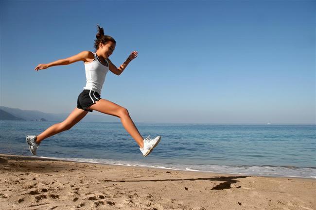9. Zıplayarak uyanın :)   Sabah saatin alarmını ertelemek hemen hepimizin alışkanlığı haline gelmiştir. Bu erteleme işlemi yerine, uyanmanız gereken saatten 10 dakika daha erken uyanıp 5 dakika boyunca zıplayabilirsiniz. Evet, kulağa ve göze komik gibi gelse de, bunu yapmaya değer. Çünkü 5 dakika boyunca zıplamak hem 40 kalori yaktıracak, hem de metabolizmanızı hızlandıracaktır.