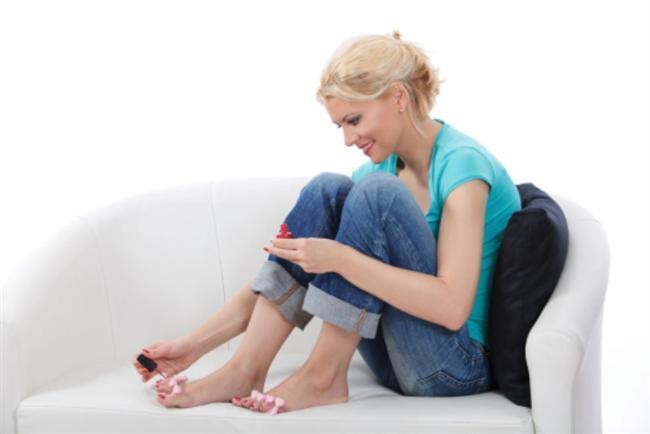 19) ELLERİNİZ MEŞGUL OLSUN  Boş durmak acıkmanıza neden olur. Örneğin canınız yemek istediğinde elinize telefonu alın ve bir arkadaşınızı arayın ya da tırnaklarınıza oje sürün. Böylece açlık duygunuzu, bir süreliğine de olsa bastırmış olursunuz.    20) ÇEYREĞİNİ DENEYİN  Uzmanlar, kilo vermenin en iyi yollarından birinin de tabağın çeyreğini bitirmek olduğunu söylüyor. Tabağınızdaki yemeğin çeyreğini yedikten sonra 20 dakika kadar bekleyin.