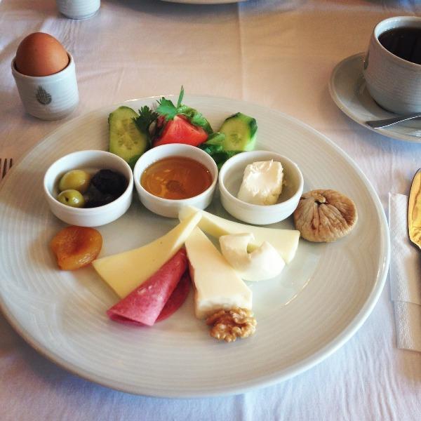 25) KAHVALTI ÖNEMLİ   Öğünlerinizin miktarını kontrol altına almalısınız. Sabah kahvaltısı en çok yediğiniz öğün olmalı. Çünkü kahvaltı metabolizmanızın çalışmasını sağlar.    26) ZAMANLAMA  Regl döneminin iki hafta öncesi, en hızlı kalori yakabileceğiniz dönem. Bazal metabolik hızınız bu dönemde yüzde sekizden yüzde 16'ya çıkar. Bu, daha hızlı kilo vermenize yardımcı olur.