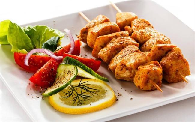 3) AÇ KALMAYIN    Her gün aynı miktarda kalori alırsanız, daha İyi hisseder ve daha fazla yemekten kaçınırsınız. Bir gün çok yiyip, ertesi gün aç kalırsanız, kendinizi doymuş hissetmezsiniz. Bu nedenle, her gün aynı sakilde yemeye özen gösterin.    4) YEDİKLERİNİZİ UNUTMAYIN   Gün içinde neler yediğinizi fark etmeyebilirsiniz. Bu nedenle her yediğinizi ve bunların ne kadar kalori içerdiğini bir kâğıda yazın. Yediklerinizi kâğıt üzerinde görmek, ne kadar gereksiz kalori aldığınızı daha iyi anlamanızı sağlar.