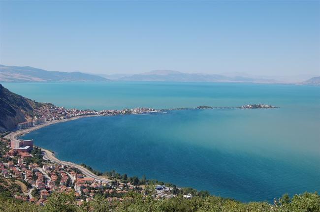 Eğirdir   Isparta sınırları içindeki Eğirdir Gölü'nün manzarası yılın her mevsimi harika. Genelde camgöbeği renginde olan göl, bazı gün ve saatlerde farklı renklere büründüğü için halk arasında yedi renkli olarak anılıyor. Bu bölgede sonbaharın güzelliğini fazlasıyla yaşayabilirsiniz.