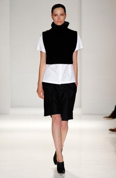Victoria Beckham; 2014/2015 İlkbahar & Yaz koleksiyonunu, New York'ta düzenlenen Mercedes Benz Moda Haftası'nda tanıttı. (Defileyi, kızı Harper ile birlikte ön sıradan David Beckham da izledi) Modacı 2014/2015 İlkbahar & Yaz sezonunda şehirli kadınlara hitap etmiş. Koleksiyonun rengi ise siyah ve beyaz! Beckham, canlı renklerde sadece fuşya veya bordo'yu tercih etmiş. Koleksiyondaki detaylar ise grafiksel çizgilerle birlikte elbiselerde kullanılan kemerler ve stiletto ayakkabılar...   Moda Kanalları Editörü: Duygu ÇELİKKOL