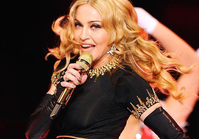 """Madonna  125 milyon dolar  Ekonomi dergisi Forbes'un yayınladığı """"En çok kazanan ünlüler listesi"""" açıklandı. 305 milyon dolarlık kazancıyla tahta yerleşen bu kez Madonna oldu. Pop müziğin kraliçesini MDNA turnesi, giyim ve parfüm markası ve spor salonu zincirinden elde ettiği gelirler listenin ilk sırasına yerleştirdi."""