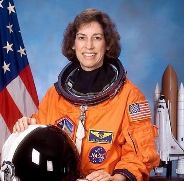 """Dr. Ellen Ochoa: Astronot olan bu ablamız, ürün üretiminde robot teknolojisinin önünü açacak """"Optik Analiz Sistemleri""""ni bulmuş."""