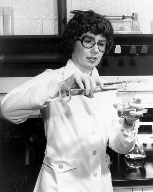 Barbara Askins: Negatifteki resimleri iyileştirme teknikleri geliştirmiştir.