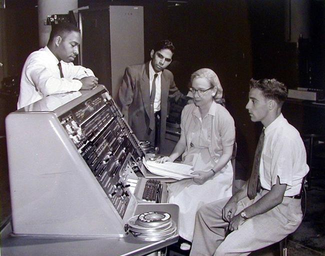 """Grace Hopper: """"Bilgisayarların Annesi"""" lakablı bu kadın BM-Harvard Mark 1 modeli ile ilk büyük ölçekli bilgisayarı geliştirdi."""