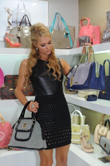 Paris Hilton geçtiğimiz günlerde İtalya'nın Milano şehrinde, kendi adını kullandığı bir ayakkabı & çanta aksesuarları mağazası açtı. Mağazanın açılışına katılan Hilton, birbirinden şık özel tasarım ürünlerinin bulunduğu aksesuarlarlar arasından üç çantayı da kendine ayırdı.   Kadın Kanalları Editörü: Burcunur YILMAZ