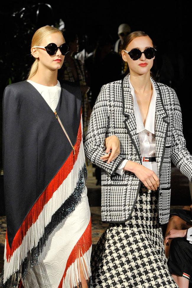 Grafik desenleri, ünlülerin tercih ettiği isimlerden biri olan Mary Katrantzou başlattı. Ama en çok Louis Vuitton kullandı. 3D, batik, grafik desen, degrade, digital, inkblot, pathwork ve baskılar, bu yazın en başarılı trendlerinden biri oldu. Önümüzdeki sonbahar/kış döneminde de trend olmaya devam edecek. Bu desenlerde dikkat edilmesi gereken tek şey ise aksesuar kullanmamak! Eğer siz de kıyafetlerinizde bu desenleri tercih ederseniz sakın aksesuar kullanmayın. Bırakın desenleriniz ön planda olsun! İşte sizin için seçtiğimiz en güzel grafik desenler...  Moda Kanalları Editörü: Duygu ÇELİKKOL