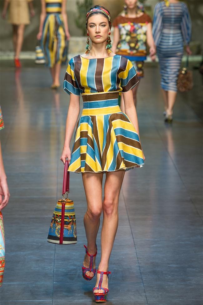 Grafik desenli belden oturtmalı sarı, kahverengi ve mavi renkleri barındıran mini elbise
