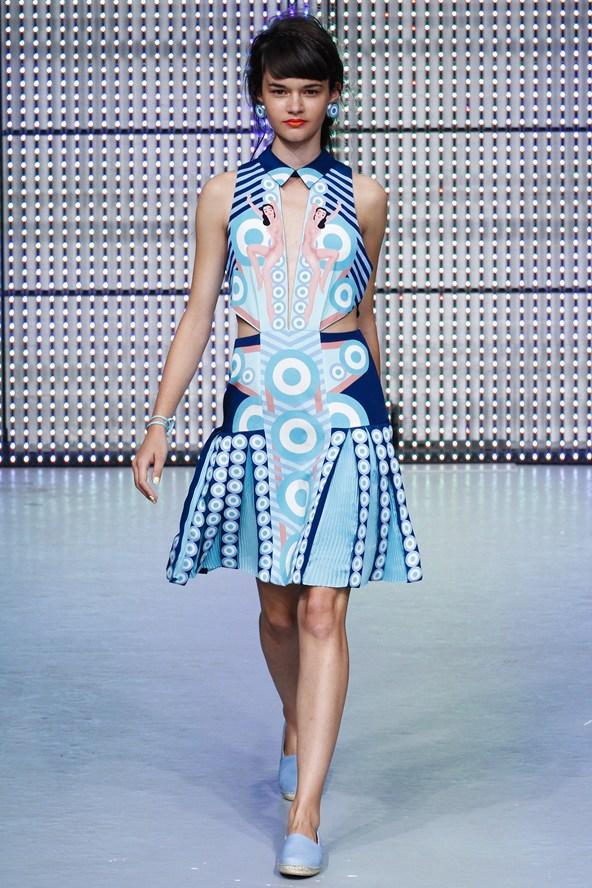Grafik desenli transparan mavi tonlarında elbise