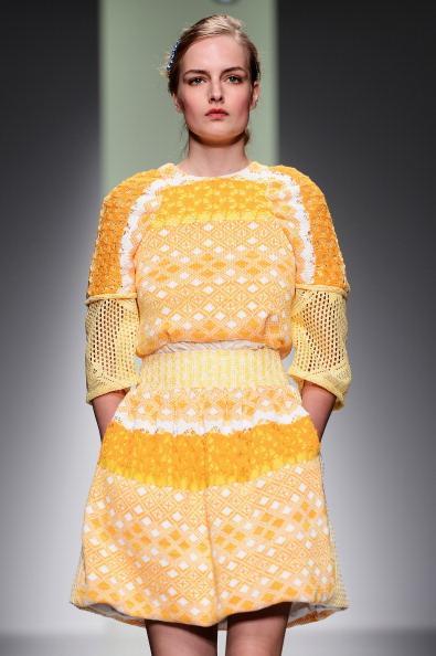 İngiltere'nin başkenti Londra'da düzenlenen 2014 Moda Haftası'nda Türk modacı Bora Aksu da yer aldı. Oldukça sıra dışı defile sergileyen Bora Aksu izleyicilerin beğenisini topladı. Ağırlıklı olarak sarı rengi tercih eden modacı, koleksiyonunda; 2014'ün trendi olan dantelleri bolca kullanmış. İşte 2014/2015 İlkbahar & Yaz koleksiyonuna ait Bora Aksu defilesi...  Moda Kanalları Editörü: Duygu ÇELİKKOL