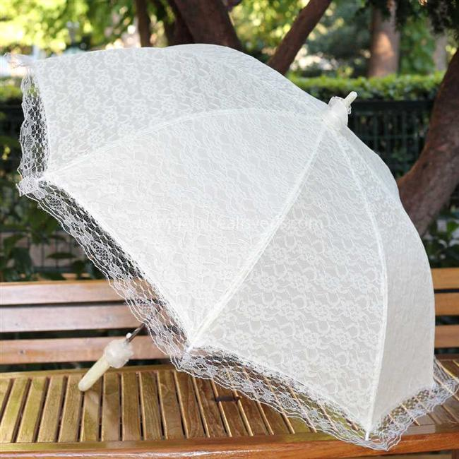 """Sonbahar kapıda! Bu senenin modası danteller şemsiyelere de yansıyor. 2014 şemsiye modellerinde bolca dantel göreceğiz. Hala şemsiye almadıysanız ve """"bu sene şık bir tasarım şemsiyem olsun"""" diyorsanız, almadan önce galerimize göz atın...  Moda Kanalları Editörü: Duygu ÇELİKKOL"""
