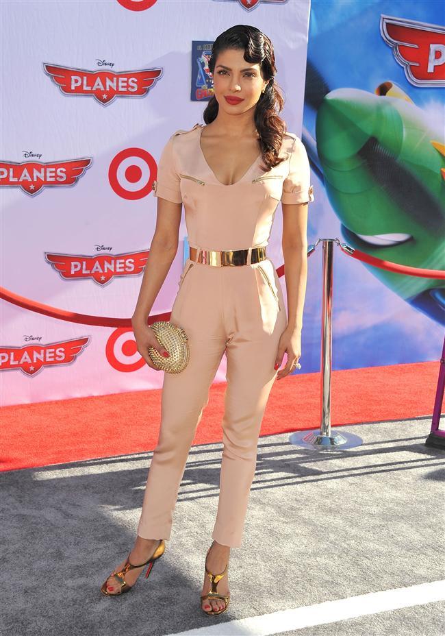 Sonbahar yaklaşırken ünlüler de yavaş yavaş elbiselerden uzaklaşıyorlar. Bu hafta ünlüler kıyafetlerinde en çok tulumları tercih ettiler. Tulumunu olağanüstü bir kombinle tamamlayan  Priyanka Chopra'yı haftanın en şık kadını seçtik. Kristen Stewart'ın da monokrom tulumuna ayrıca bayıldık. Ancak bu hafta elbise tercih eden ünlülerin de gayet şık olduğunu söyleyelim. Bakalım siz en çok hangi kıyafeti beğeneceksiniz?  Moda Kanalları Editörü: Duygu ÇELİKKOL