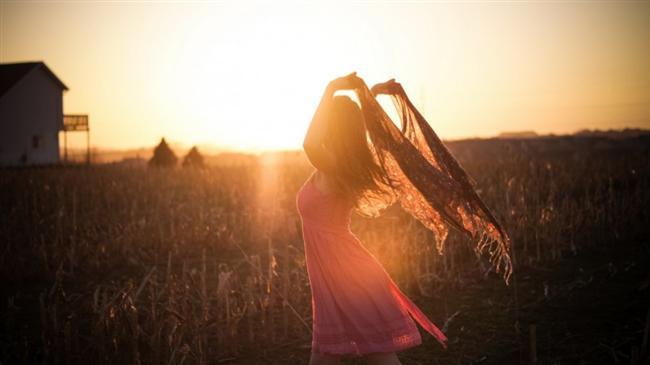 Pembe: Duyguları, aşkı, neşeyi, mutluluğu ve hayalleri temsil eden renktir. Kişinin özel hayatında bir parça gizlilik gerektiren durumlar olduğuna veya romantik, büyülü ve şefkat dolu bir ilişki hayal ettiğine ya da böyle bir ilişkinin başlangıcında olduğuna yorulur.