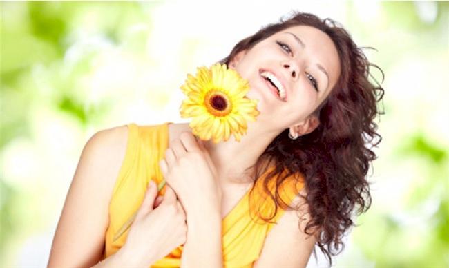 Sarı: Güneşi ve erkeği simgeler. Sarı renk sezgilerin, enerjinin, mutluluğun, paranın, mantığın, gerçeklerin ve bilinçli davranışların rengidir. Soluk bir sarı, herhangi bir durum karşısında cesaret kaybını, bazen de büyük kayıpları simgeler.
