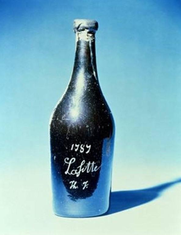 1787 Chateau Lafite  - $160,000   Chateau Lafite 1787 'yi bu kadar değerli kılan içindeki aromalar değil. Hatta bu şarap içilebilir bir şarap bile değil! Çünkü en mükemmel Bordeaux şarabının bile azami dayanma süresi 50 yılla sınırlı. Servet değerinde olmasına rağmen bu şarabın içilemeyecek olması gerçekten ironik. Şarabın eski ABD başkanlarından Thomas Jefferson'a ait olduğu biliniyor.