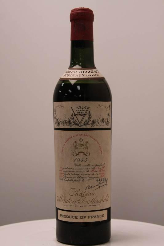 """1945 Château Mouton-Rothschild - $114,614  Şarap pazarında """"Gerçek bir Mucize"""" olarak adlandırılıyor. Üretim yerinde şişelemeyi ilk yapan Château Mouton Rothschild şatosu tarafından üretilmiş. Bırakın tadını; etiketlenmesi bile dönemin önde gelen sanatçıları tarafından tasarlanmış. Tadına gelince frenk üzümü , şarabı içince ilk öne çıkan aromaymış. 1997 yılında $114,614′a alıcı bulmuş."""