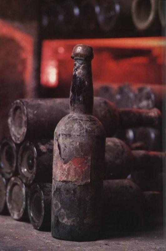 1775 Sherry from Massandra Collection - $43,500  Kırım'da üretilen ve Rus Çarı tarafından fiyatlandırılan bu Avrupanın en eski sherry şarabı açık arttırma ile  2001′de alıcı buldu. Bundan önce bu şarabı sadece  imparator familyasından gelenler içebiliyordu.