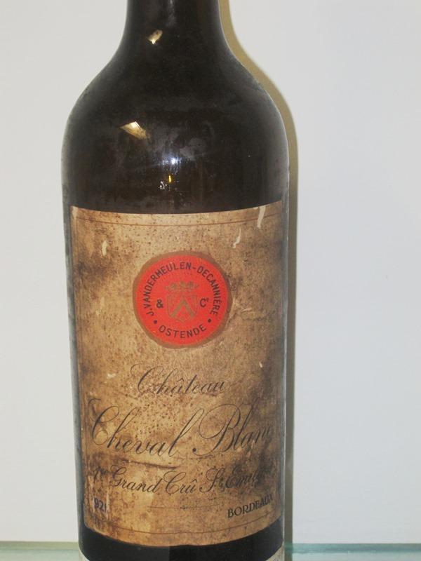 1947 Cheval Blanc - $33,781  20. yy'da kutlama yapılırken en çok içilen şaraplardan biridir. Doğanın sunduğu mutlu bir rastlantı olarak adlandırılır.  Rengi koyu, tadı meşe, kakao, kırmızı yabani meyveleri, baharat ve muz aromaları içeriyor.