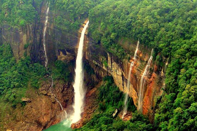 Nohkalikai  Hindistan'da bulunan Nohkalikai şelalesi yemyeşil ormanın içerisinden gelerek 335 yükseklikten dökülüyor. Döküldüğü noktada oluşan havuzda suyun yeşil renge dönüşmesi ilgi odağı olmasına en büyük etken.