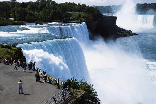 Niagara  ABD ve Kanada sınırında bulunan şelalenin Kanada kısmında kalan bölüm daha çok dikkat çekici.