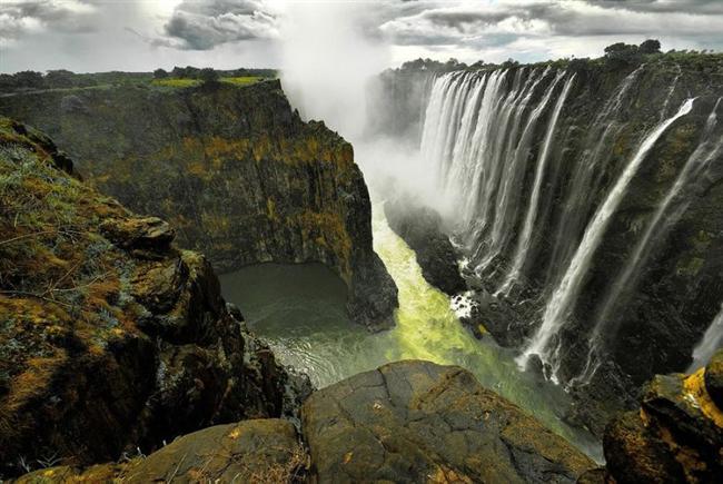 Victoria  Victoria Şelaleleri, dünyanın en görkemli şelalelerinden biridir.Zambezi Nehrinin üzerinde, Zambiya ve Zimbabve sınırları arasında,bulunur.Şelaleler yaklaşık olarak 1,7 km genişliğinde ve 128 yüksekliğindedir.