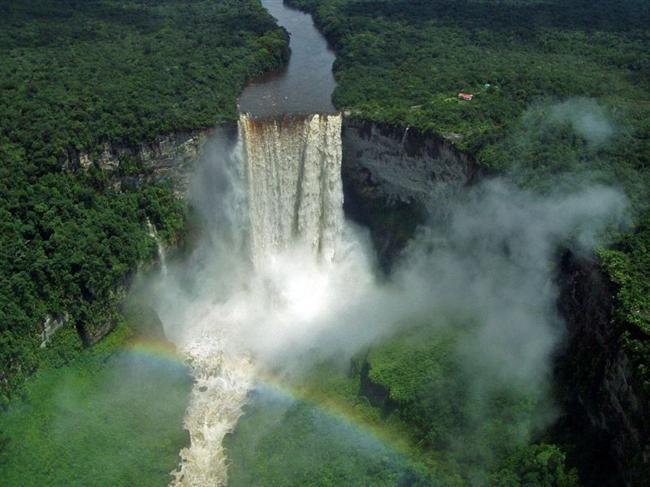 Kaieter  Guyana'nın 226 metre yükseklikten dökülen şelalesi, yemyeşil ormanların içinden ayrı bir güzellik sunuyor.