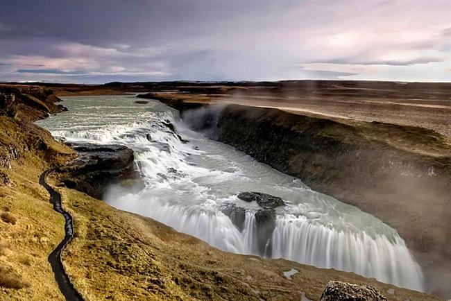 Gullfoss  İzlanda da bulunan şelale, yüksekten dökülmüyor fakat nehir tabanında ki çatlaklardan dolayı ayrı bir görünüme sahip.