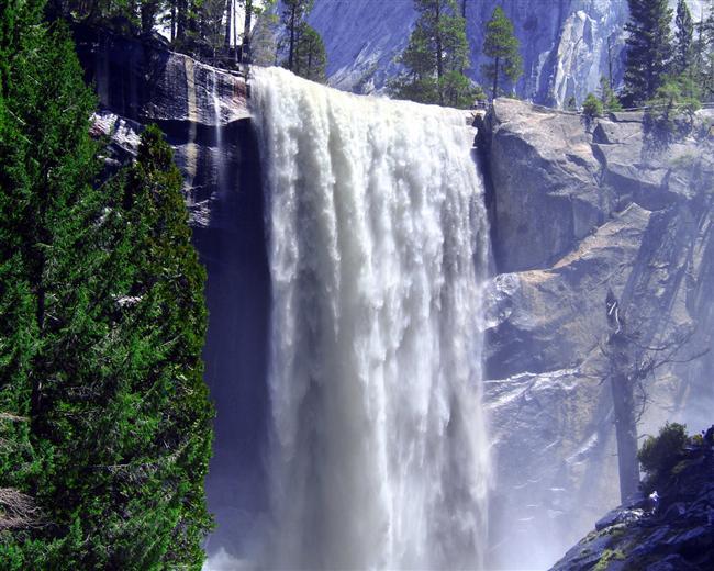 Yosemite  Kuzey Amerika'nın en yüksek şelalesi olan Yosemite şelalesi 739 metre yükseklikten muhteşem bir ses ve manzara eşliğinde dökülüyor.