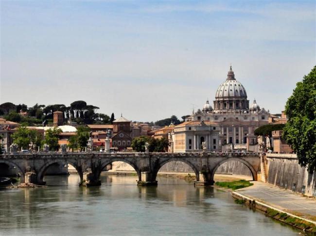 İtalya  Her köşesinden tarih fışkıran başkent Roma, modanın merkezi Milano, tarihi kent Perugia ve tatil merkezi Calabria... İtalya, turistik, tarihi ve kültürel çeşitliliğiyle her zaman tercih edilen bir ülke. Avrupa'nın en güzel zeytinyağları ve şarapları bu ülkede üretiliyor.   Yemekleri, tarihi ve doğal güzelliklerinin yanı sıra, Avrupa'nın dördüncü büyük ekonomisine sahip İtalya'nın insanı da hayatından memnun.