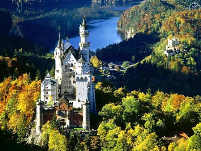 Almanya  Almanya, baştan aşağı bir sanat ülkesi. Ülke genelinde toplam 300 tiyatro, 130 orkestra var. Almanya'daki 500 sanat müzesi her alandan binlerce esere ev sahipliği yapıyor. Her yıl tam 100 bin yeni kitabın basıldığı Almanya'da, günlük gazete sayısı 350'nin üzerinde.   Avrupa'nın en gelişmiş sanayilerinden biri olan Almanya dünyanın en verimli sosyal sistemlerinden birine sahip.