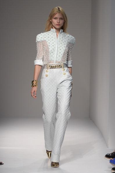 Beyaz pantolon ve gömlek