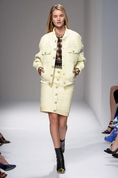 İngiliz model Rosie'nin de yer aldığı Balmanin defilesi oldukça feminen izler taşıyor. Balmain'in sezonuyla birlikte denim kumaşlar yine revaşta olacak. Koleksiyonda; 80'lerin moda olan monokrom ekoseleri bolca kullanılmış. Göze çarpanlar detaylar ise tüyler  ve dore zincirler... İşte 2014 İlkbahar & Yaz koleksiyonuna ait Balmain defilesi...   Moda Kanalları Editörü: Duygu ÇELİKKOL