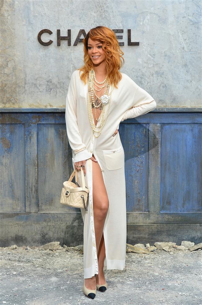 Rihanna'nın beyaz uzun elbisesi