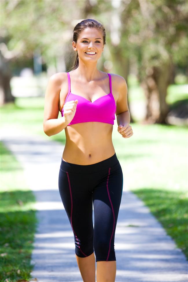 2- Düzenli olarak aerobik egzersiz yapmayı alışkanlık haline getirin. Haftada en az 3 gün 45 dakikalık bir tempolu yürüyüş yapın.