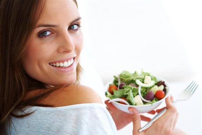 6- Metabolizmayı en çok çalıştıran yiyecekler proteinlerdir. Beslenmenizde dengeli bir şekilde protein tüketin. Ancak hiç karbonhidrat almadan sırf protein yenilerek yapılan diyetler son derece yanlış. Bu tür diyetlerle hızlı kilo verilse bile, damar hastalığına yakalanma riskini artırdığı biliniyor.