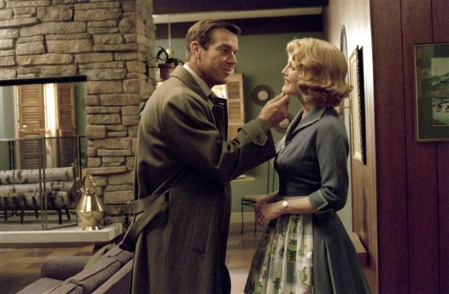 Cennetten Çok Uzakta (Far From Heaven):  1950'lerin Amerika'sında yaşayan bir ev kadının hikayesini anlatmaktadır.   Whitaker ailesi, oldukça mutlu bir biçimde hayatını sürdürmektedir. Cathy, kocası Frank'i bir yatakta başka bir erkek ile beraber yakalar. Hayatlarının tüm sıradanlığı bu beklenmedik olayla birlikte sarsılacaktır. Cathy, ailesini bir arada tutmak için elinden geleni yapacaktır.