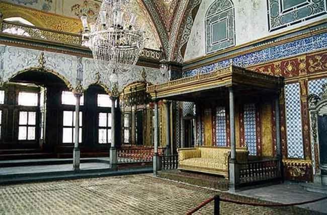 Topkapı Sarayı Müzesi (Topkapı)  Topkapı Sarayı'nın ilk yapıları, İstanbul'un 1453 yılında fethinden sonra Fatih Sultan Mehmed tarafından 1460-1478 yılları arasında yaptırılmıştır. Saray, Marmara Denizi, İstanbul Boğazı ve Haliç arasında, tarihi İstanbul yarımadasının ucundaki Sarayburnu'nda, Bizans akropolü üzerine inşa edilmiştir.