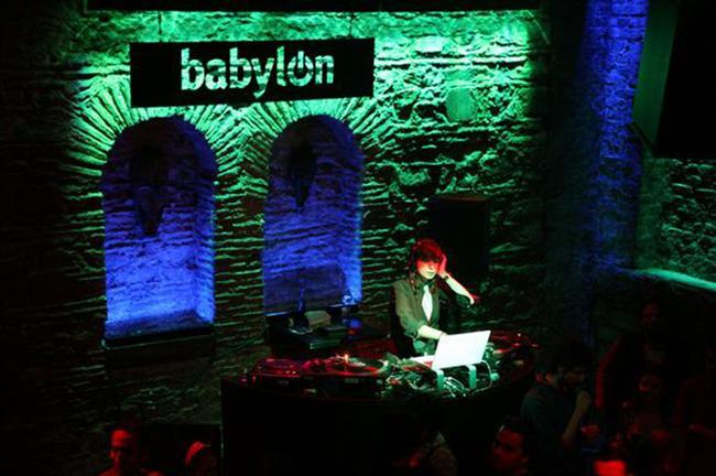 """Queen Tribute Night BABYLON  Queen ve Freddie Mercury Solo albümlerinden seçilmiş 30 parçalık bir konser repertuarını ilk kez ve """"exclusive"""" olarak Babylon'da sergileyen Cingi 2013'deki ilk performansıyla seyircisi ile özlem gideriyor. Queen'in 40. yıldönümü olan 2012'nin ardından yeni repertuarını, sizlerle sadece Babylon'da buluşturuyor.  Sonbaharı müzikle karşılıyor. The Soft Moon'dan Wire'a, Alice Russell'dan Charles Bradley & His Extraordinaries'e bir çok ünlü isim yeni sezonda müzikseverlerle buluşacak.  Tarih/Adres : 30 Ekim Çarşamba Wire, 1 Kasım XFF Very Very Frenc: Moriarty 2 Kasım Cumartesi Shantel DJ Set, 9 Kasım Cumartesi Warpaint, 16 Kasım Cumartesi Garanti Caz Yeşili: Alice Russell, 27 Kasım Çarşamba Garanti Caz Yeşili: Emily Wells 29 Kasım Cuma Vodafone Istanbul Calling: Derrick May & Jimmy Edgar, 6 Aralık Cuma Vodafone Istanbul Calling: Jaguar Skills,"""